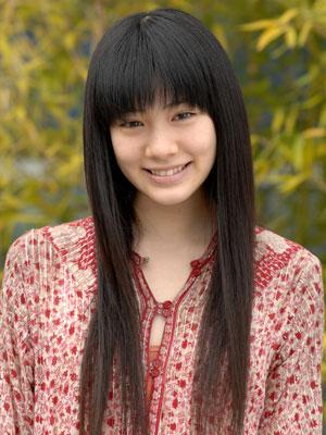 赤い服を着て笑顔を浮かべている岡本杏理